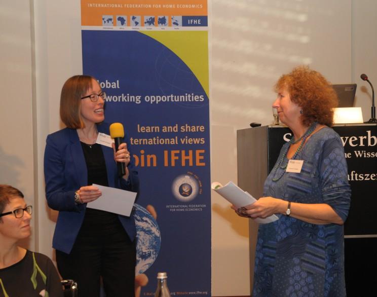 Esther Thalmann & Franziska Honegger (IFHE Sektion Schweiz) mit Victoria Thoresen UNESCO-Vorsitzende für Bildung über nachhaltige Lebensweisen